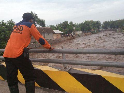 petugas BPBD tengah mencari korban yang terseret banjir bandang