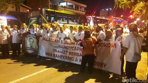 Para relawan Jokowi ikut menghadiri midodareni Kahiyang