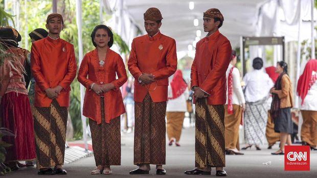 Jokowi dan keluarga seragam dengan busana oranye di prosesi siraman Kahiyang Ayu.