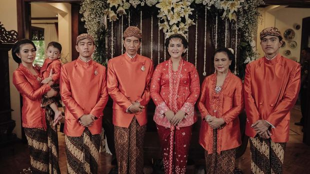 4 Busana Seragam Keluarga Jokowi Di Pernikahan Kahiyang Bobby