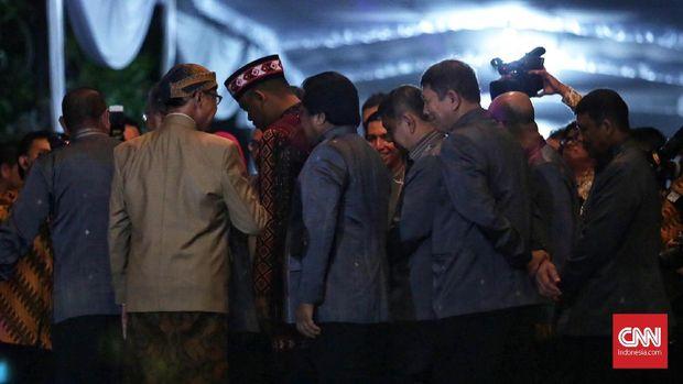 Bobby Nasution (tengah) tampak tiba di depan kediaman Kahiyang Ayu.