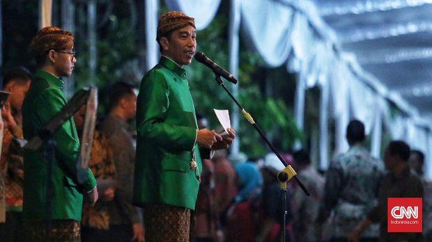 Presiden Joko Widodo memberikan sapaan kepada para tamu dan undangan yang datang di malam midodareni, Selasa (7/11).