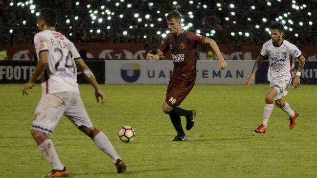 Laga PSM Makassar menjamu Bali United menghadirkan ketegangan di Stadion Andi Mattalatta. (