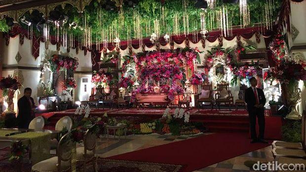 Meja dan kursi untuk akad serta pelaminan untuk pernikahan Kahiyang
