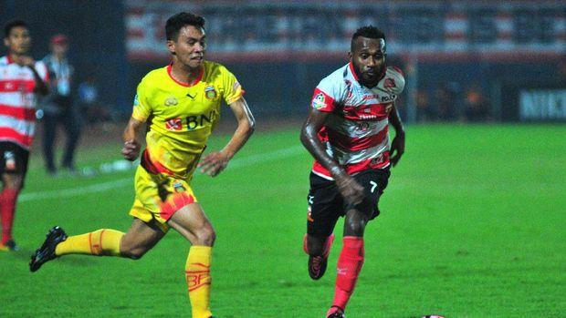 Bhayangkara FC 'memastikan' juara Liga 1 setelah mengalahkan Madura United. (
