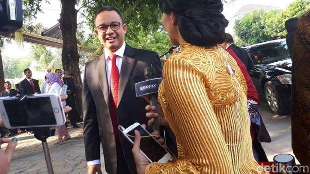 Gubernur DKI Anies Baswedan tiba di lokasi nikahan Kahiyang.