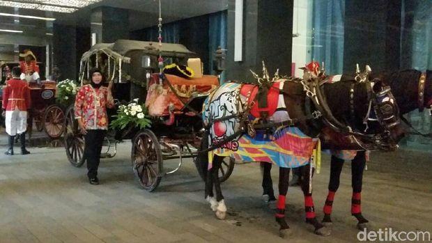 Kereta kuda untuk kirab pernikahan Kahiyang-Bobby di Hotel Alila.