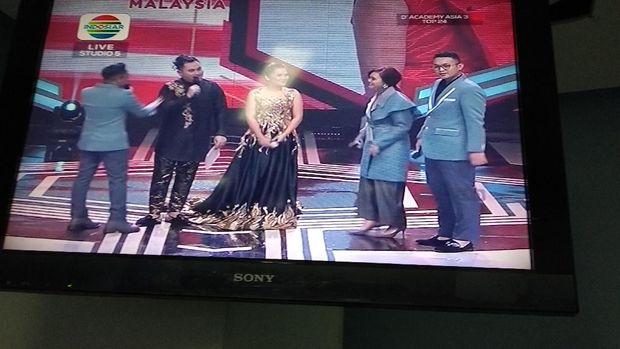 Rina Nose tanpa hijab di televisi.