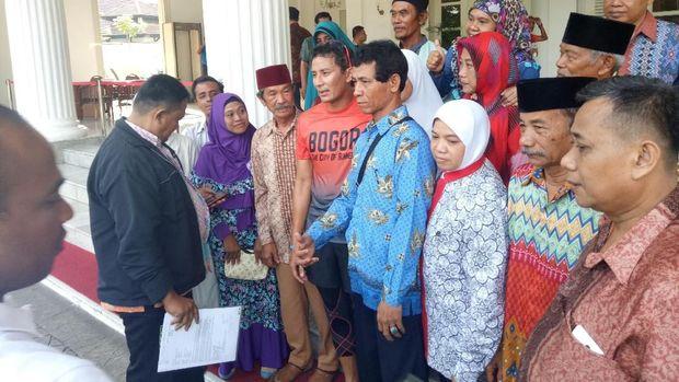 Saat sampai di Balai Kota, Sandiaga langsung disambut oleh warga Kampung Akuarium, Jakarta Utara.