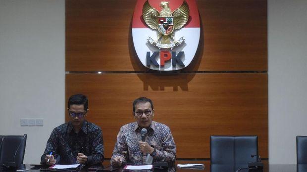 Wakil Ketua KPK Saut Situmorang (kanan) didampingi Juru Bicara Febri Diansyah (kiri), mengumumkan penetapan Setya Novanto sebagai tersangka kasus korupsi e-KTP untuk yang kdua kalinya, di Jakarta, Jumat (10/11).