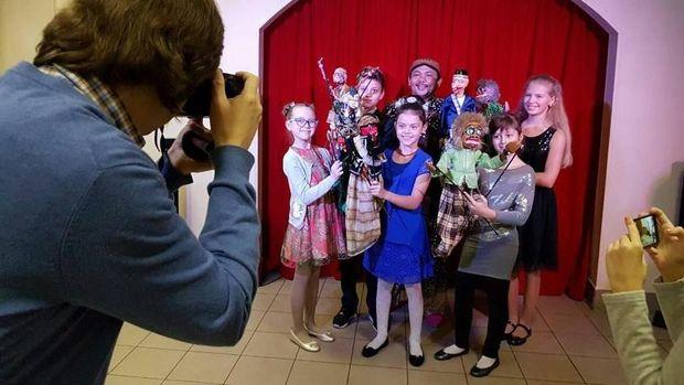 Anak-anak Rusia berfoto bersama wayang golek Indonesia