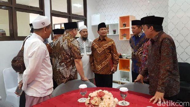 Image result for Amien Rais usai menggelar pertemuan tertutup dengan Prabowo di Sleman