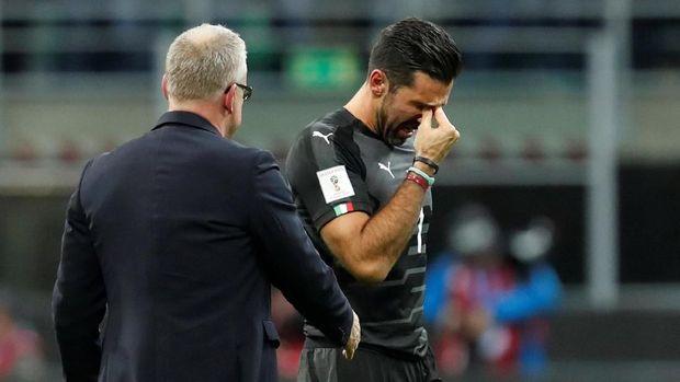Gianluigi Buffon sedih karena mengakhiri pengabdiannya dengan kegagalan Timnas Italia ke Piala Dunia 2018. (