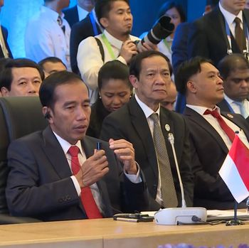 Jokowi memakai minyak kayu putih /