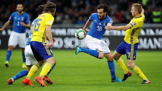 Timnas Italia harus berjuang mati-matian untuk mencetak gol, namun tiada hasil positif. (