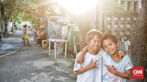 Dua bocah di Manila North Cemetary.