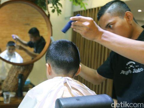Mengatasi rasa takut anak pada tukang potong rambut/