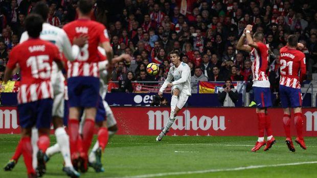 Peluang tendangan bebas Cristiano Ronaldo gagal membuahkan gol.