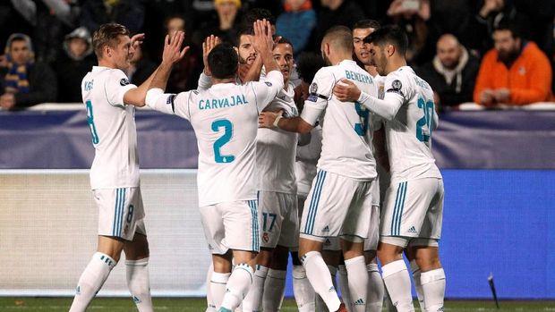 Dani Carvajal ikut berselebrasi bersama skuat Real Madrid setelah mencetak gol ke gawang APOEL.