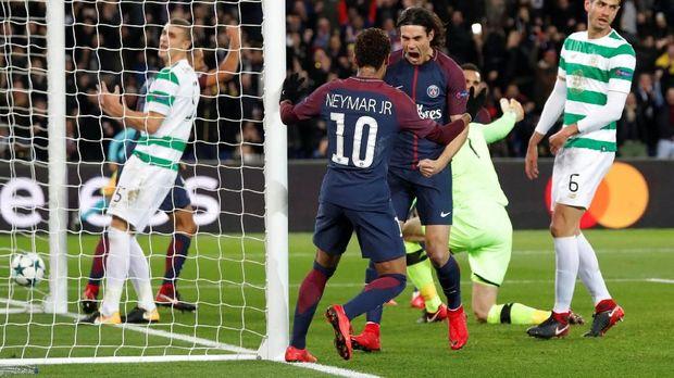 Edinson Cavani dan Neymar merayakan gol kemenangan PSG atas Celtic.