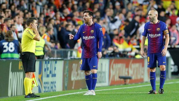 Lionel Messi sempat protes ke wasit dan asisten wasit karena golnya tidak disahkan. (
