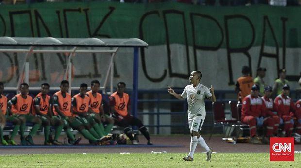 Persebaya Surabaya unggul cepat lewat gol Rishadi Fauzi.