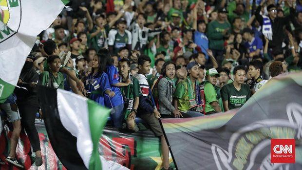 Stadion GBLA bergemuruh setelah Irfan Jaya sukses mencetak gol keunggulan bagi Persebaya untuk mengubah skor menjadi 3-2 atas PSMS.