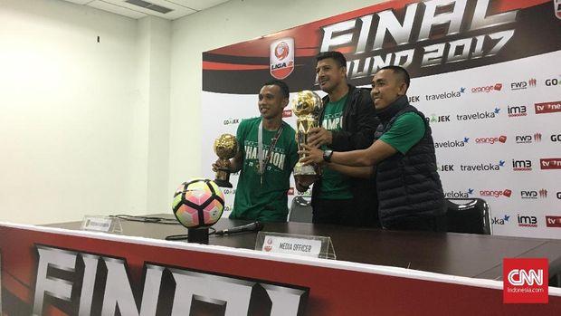 Angel Alfredo Vera (tengah) sukses mengantar Persebaya Surabaya juara Liga 2 2017. (CNN Indonesia/Adhi Wicaksono)