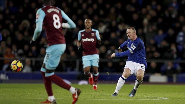 Wayne Rooney mencetak gol spektakuler dari tengah lapangan.