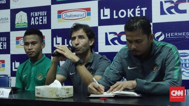 Pelatih Timnas Indonesia Luis Milla (tengah) bisa melengkapi skuatnya dengan melakukan penambahan pemain.