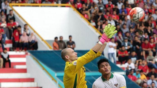 Timnas Indonesia (kanan) dianggap masih lemah dalam satu lawan satu dan bola-bola atas.