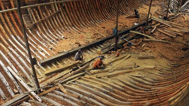 Dalam membuat kapal Pinisi, dibutuhkan sejumlah prosesi adat.