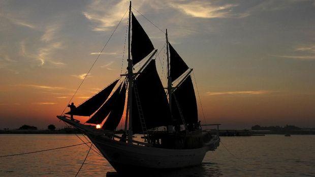 Kapal pinisi ikut dipamerkan di Museum Bahari.