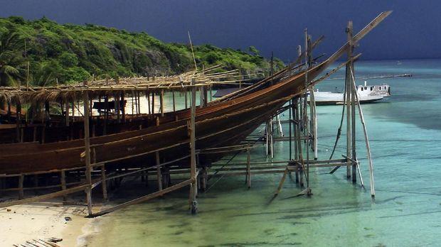 Prosesi adat membuat Pinisi dilakukan mulai dari pemilihan kayu hingga peluncuran.