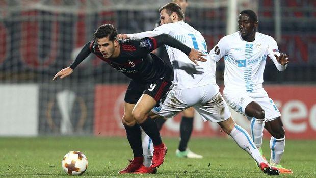 AC Milan tetap lolos ke babak 32 besar meski kalah di laga terakhir fase grup.