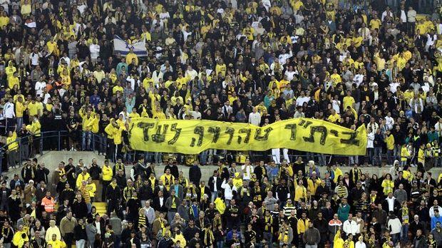 Slogan La Familia bertuliskan 'Beitar Selamanya Murni'.