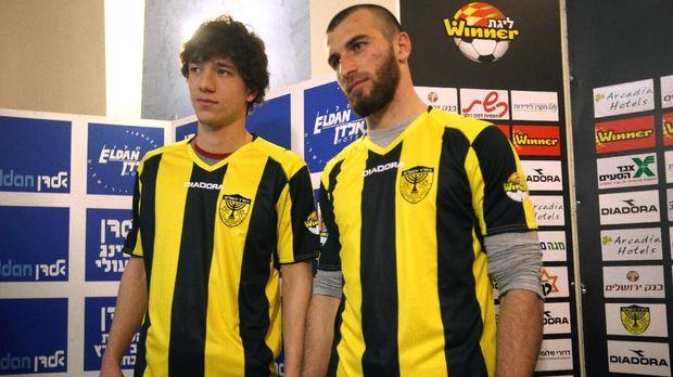 Dzhabrail Kadiyev dan Zaur Sadayev dua pemain Muslim yang direkrut Beitar pada 2013.