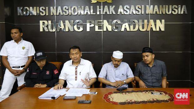 Kuasa Hukum, Dr M Kapitra Ampera beserta Lembaga Adat Melayu Riau melaporkan AWK (anggota DPD Bali) yang diduga melakukan persekusi terhadap Ustad Abdul Somad di Kantor Komnas HAM, Jakarta, Senin (18 /12)