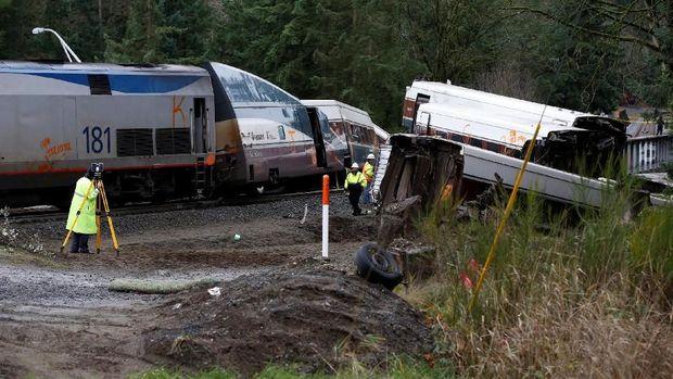 Kereta api Amtrak yang mencoba rute baru yang lebih cepat tergelincir di DuPont, Washington,  Senin (18/12).