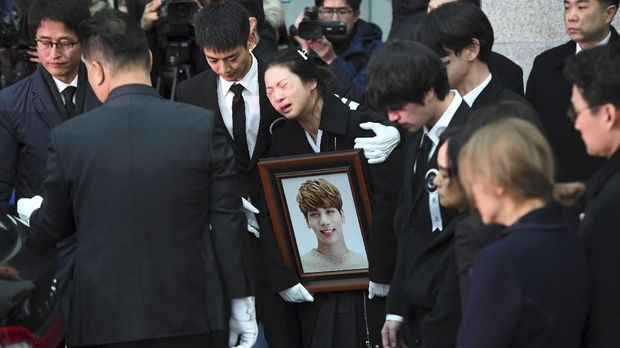 Ilustrasi keadaan di rumah duka Jonghyun. (AFP PHOTO/JUNG Yeon-Je)