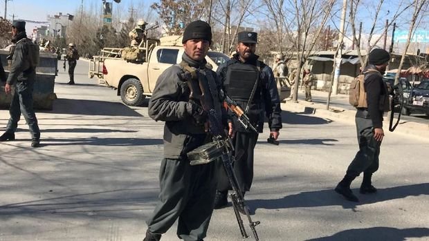 Petugas polisi berjaga di lokasi setelah serangan bom bunuh diri menewaskan puluhan orang di Kabul.