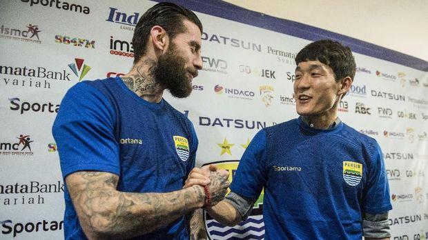 Dua pemain asing Persib Bandung, Bojan Malisic (kiri) dan gelandang asal Korea Selatan In-Kyun Oh.