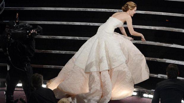 Jennifer Lawrence sempat jatuh untuk menerima Piala Oscar pada 2013.
