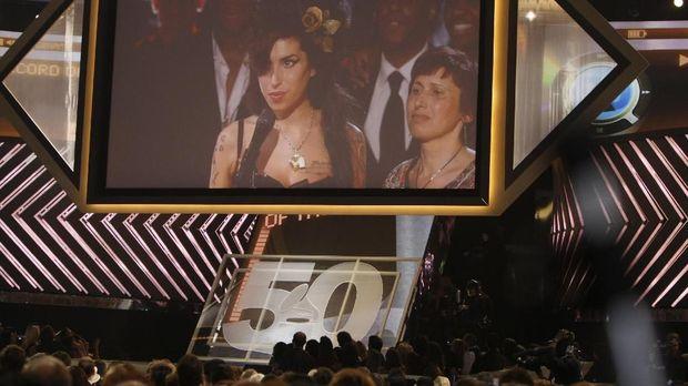 Amy Winehouse menerima Piala Grammy pertamanya melalui sambungan jarak jauh.