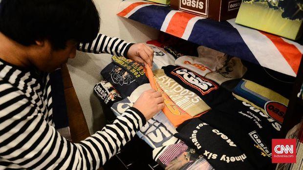 Ilham dan koleksi kaus Oasis.