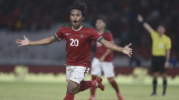 Ilham Udin cetak gol ke gawang timnas Islandia pada laga uji tanding, Minggu (14/1).