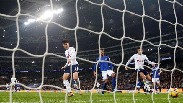 Tottenham Hotspur menempel ketat Liverpool di klasemen Liga Primer Inggris 2017/2018.