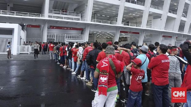Suporter Timnas Indonesia antusias menyaksikan laga Timnas Indonesia lawan Islandia.