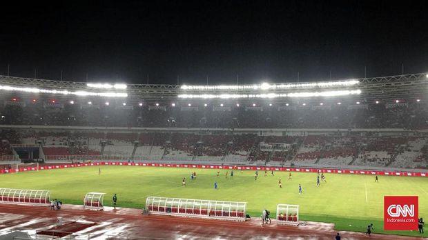 Hujan deras yang mengguyur SUGBK jadi tantangan bagi Timnas Indonesia untuk mengembangkan permainan.