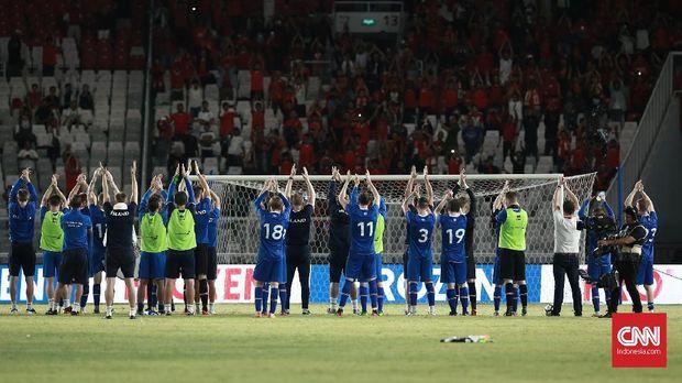 Timnas Islandia memberikan applaus kepada penonton seusai pertandingan.